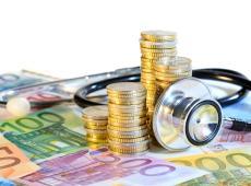 Stethoscoop en euromunten en -biljetten